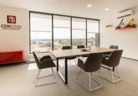 TOBO meble biurowe: stół konferencyjny na stelażu metalowym, fotele tapicerowane na chromowanym stelażu
