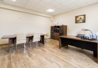 Meble gabinetowe Tirion produkcji TOBO: biurko gabinetowe, szafy biurowe, stół konferencyjny, krzesła biurowe