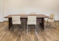 Meble gabinetowe Tirion produkcji TOBO: stół konferencyjny, krzesła biurowe