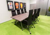 Meble konferencyjne: stół konferencyjny w biurze klubu Jagiellonia Białystok