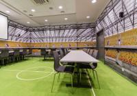 Meble do sali konferencyjnej: stoły konferencyjne w biurze klubu Jagiellonia Białystok